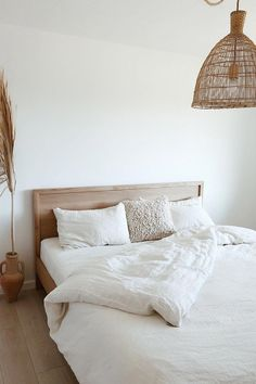 A simple color palette always creates the sense of spring. Invite calmness into your bedroom with linen bedding in white color > The post A simple color palette always creates the sense of spring. Invite calmness into appeared first on Wohnungeinrichten. Minimalist Bedroom, Modern Bedroom, Earthy Bedroom, Simple Bedrooms, Grey Bedrooms, Minimalist House, Minimalist Interior, White Room Decor, Bed Room White