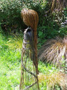 Elles permettent d'y donner vie et de raconter des histoires en cré… Garden Whimsy, Garden Deco, Garden Art, Garden Steps, Lawn And Garden, Garden Crafts, Garden Projects, Scarecrows For Garden, Willow Garden