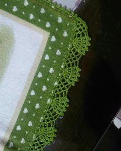 Bicos e Barrados Trabalhos impecáveis feitos em Crochê Crochet Lace Edging, Crochet Borders, Crochet Doilies, Crochet Flowers, Crochet Stitches, Crochet Patterns, Crochet Crafts, Crochet Projects, Crochet Table Mat
