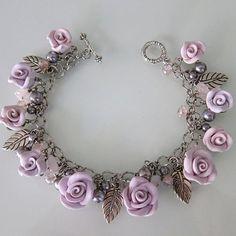 Impresionante intrincadamente detallada pulsera rosa, con rosas de arcilla de polímero de diferentes tamaños en una cadena de cable. Las rosas en