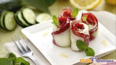 Ricetta fredda: antipasto di rotolini di bresaola, cetrioli e ricotta arricchita con scorze di limone, pepe e menta (meglio timo?)