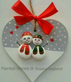 'vogelkaka' painted rocks birds on driftwood jl – ArtofitArts And Crafts creative ideas for stones painted in Christmas mood! Christmas Pebble Art, Christmas Arts And Crafts, Christmas Rock, Homemade Christmas, Christmas Projects, Holiday Crafts, Christmas Decorations, Christmas Ornaments, Stone Crafts