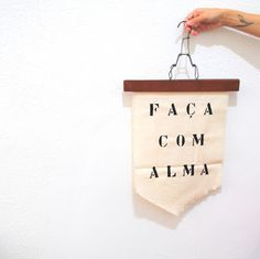 Nosso Apê: Flâmula decorativa (no cabide) Decor Crafts, Diy Crafts, Home Decor, Heaven Art, Woven Wall Hanging, Surface Design, Decorative Accessories, Hand Weaving, Banner