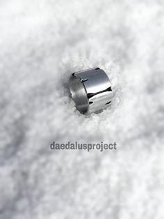 anello uomo satinato inciso ossidato fatto a di daedalusproject