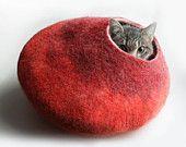 So extremely precious! I luffs it! (cat bed by vaivanat via etsy)