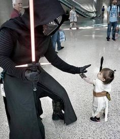 Kylo Ren meets tiny Rey - Star Wars Cosplay - Star Wars Cosplay news - - Kylo Ren meets tiny Rey Star Wars Film, Star Wars Meme, Star Wars Rebels, Star Trek, Star Wars Kylo Ren, Darth Vader Kostüm, Starwars, Costume Star Wars, The Maxx
