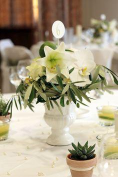 Eine spanische Hochzeit mit einem exotischem Mix aus Lilien, Orchideen und Olivenblättern - www.tischleinschmueckdich.de