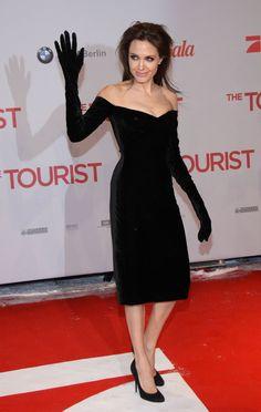 Pin for Later: 40 Gründe, Angelina Jolie's Style zu lieben Angelina Jolie 2010 in Versace bei der Premiere von The Tourist