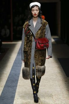 The complete Prada Fall 2016 Ready-to-Wear fashion show now on Vogue Runway. Fashion Runway Show, Fall Fashion 2016, Fur Fashion, Fashion Week, Autumn Winter Fashion, Love Fashion, Trendy Fashion, Fall Winter, Milan Fashion