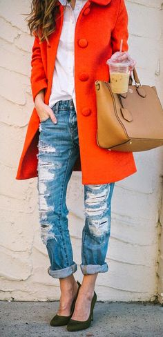 I live the for of these boyfriend jeans. They usually look too slouchy to me.But this looks good. Not a fan of the red trench coat.Just not a fan of red in general. Boyfriend Jeans Kombinieren, Passion For Fashion, Love Fashion, Prep Fashion, Trench Coat Outfit, Red Trench Coat, Winter Mode, Normcore, Mode Inspiration