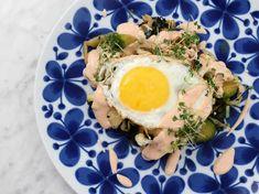 Falukorv med brynt lök, stekt ägg och senapsstuvad potatis | Recept från Köket.se Ramen, Eggs, Breakfast, Ethnic Recipes, Food, Morning Coffee, Egg, Meals, Egg As Food