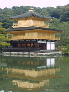 金閣寺、京都、日本。Kinkakuji the Golden Pavillion in Kyoto, Japan. Taken in December 2007