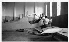 Construção do avião Itapema de Nestor Henrique Moraes Natividade, nas oficinas do IPT, anos 40.