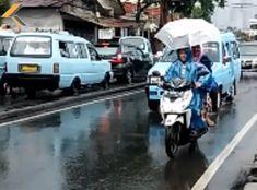 Naik motor pakai payung?  (Ascendo helmet campaign v.2)
