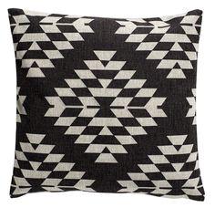 Dieses tolle Kissen von Nordal liegt mit seinem geometrischen Print diesen Herbst voll im Trend. Die schlichten Farben lassen sich vielfältig kombinieren und machen das Kissen zu einem Muss für Sofa, Bett und Co.