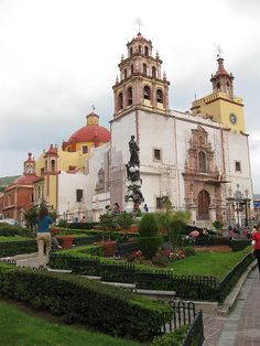 Plaza de la Paz and Cathedral.  Guanajuato, MEXICO.    (by edible engines, via Flickr)
