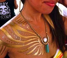 Shimmery gold body paint design so gorgeous Festival Mode, Festival Outfits, Festival Fashion, Edm Festival, Festival Paint, Party Hard, Burning Man Fashion, Egyptian Goddess, Confetti
