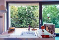 Une grande baie vitrée coulissante pour faire entrer un maximum de lumière et gagner de la place dans votre intérieur ! http://www.oknoplast.fr/ #Oknoplast #Fenêtre #coulissante #salon #bureau #maison #aménagement #intérieur