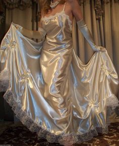 Silk sheets it is nice to pamper oneself just a little. One way to do that is give yourself a good night's sleep on silk sheets. Belle Lingerie, Satin Lingerie, Pretty Lingerie, Beautiful Lingerie, You're Beautiful, Satin Nightie, Satin Sleepwear, Satin Gown, Satin Dresses