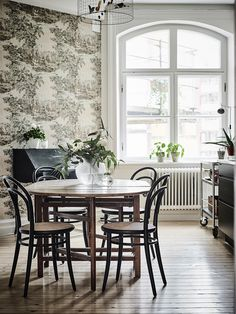 my scandinavian home: A dramatic Swedish space with black walls Home Interior, Decor Interior Design, Interior And Exterior, Dining Room Chairs, Dining Table, Dining Area, Dining Rooms, Bentwood Chairs, Ideas Hogar