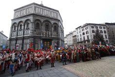 Per #Befana a #Firenze torna la #cavalcatadeimagi  Il corteo schierato davanti al #Battistero nella scorsa edizione  http://operaduomo.firenze.it/blog/posts/torna-la-cavalcata-dei-magi