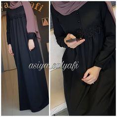 "1,832 Beğenme, 421 Yorum - Instagram'da Для сестер, с любовью❤ (@asiya_salyafi): ""_ Ассаляму аляйкум,доброго утра всем Мы начали шить, более практичные теплые платья, и я теперь…"" Niqab Fashion, Modest Fashion, Fashion Dresses, Burqa Designs, Abaya Designs, Hijab Style, Hijab Chic, Modele Hijab, Mode Abaya"