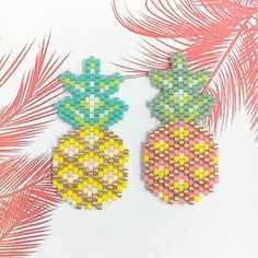 @rose_moustache pineapples in traditional yellow and too cute pink! #jenfiledesperlesetjassume #brickstitch #miyukibeads #perles #pineapple