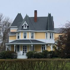 Big yellow house in Newport, Rhode island Victorian Architecture, Architecture Old, Beautiful Architecture, Beautiful Buildings, Beautiful Homes, House Color Schemes, House Colors, Old Houses, Nice Houses
