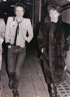 Malcolm McLaren and Johnny Rotten leaving a West London police station (1977)