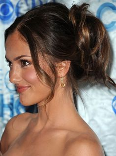 At the People's Choice Awards in January, Minka Kelly sported a free-flowing ponytail in the back, leaving out face-framing fringe in the front. It's a beautiful style for an outdoor ceremony.