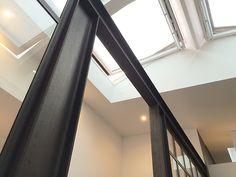 Fenêtres d'atelier acier brut. Vue sur la structure IPE.
