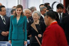 On their last day in Japan on Friday, April 7, 2017, Queen Letizia - dressed in a turquoise tailor Felipe Varela- and King Felipe VI of Spain found Emperor Akihito and Empress Michiko. The quartet embarked on board the Shinkansen, the Japanese TGV, for a journey of a little more than an hour, direction Shizuoka, a city located 170 km southwest of Tokyo. When they reached their destination, they visited the Center for Study, Awareness and Prevention of Natural Disasters.