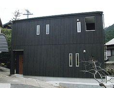 木目調の外壁をタテに張ってスタイリッシュに仕上げました。 Black House, Tiny House, Facade, Architecture Design, Garage Doors, Exterior, Outdoor Decor, Home Decor, Japan