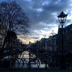 EmRoma dando um #passeio em#amsterdam  _________________________________________ Muitas #dicasdeviagem no #snapchat @em_roma  _________________________________________ #amsterdamcity #holiday #holland #holanda #travel #sunset #vacanze #viajar #traveling #europe #europa #eurotrip #dicasdeviagem #ferias #felizdavida #goodvibe #gratidao #inverno #lindodemais #pordosol #queroviajarmais