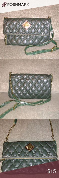 Simply Vera Quilted Crossbody Bag Very nice bag in great condition! One little scrape. You can barely see it. See picture. Simply Vera Vera Wang Bags Crossbody Bags