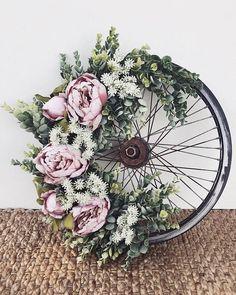 Vintage Pink Peony Wheel Wreath Bicycle Wheel Wreath with eucalyptus and peonies Deco Floral, Arte Floral, Diy Wreath, Door Wreaths, Wreath Ideas, Wreath Making, Wreath Crafts, Decoration Evenementielle, Diy Recycling