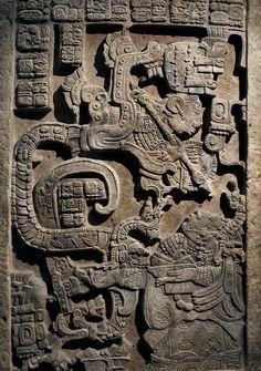 Yaxchilan - Linteau 25 - Ancêtre sortant de la gueule du dieu Serpent