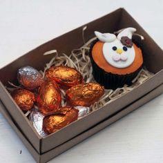 Lembrança de Páscoa com Mini Ovinhos Easter Cupcakes, Chocolate Decorations, Easter Eggs, Wedding Favors, Food And Drink, Sweets, Cookies, Breakfast, Desserts