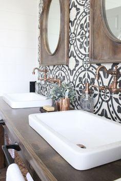Vintage farmhouse bathroom remodel ideas on a budget (49)