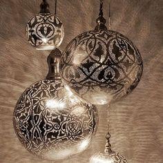 Marrokaanse lampen zijn geweldige sfeerbrengers... Ze toveren prachtige patronen op je muur... Probeer eens een gekleurde lamp!... Roze ofzo... Zelf te maken met glasverf