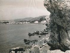 """Los niños de El Palo, el barrio malagueño de pescadores, idolatraban a Emilio Prados, escritor de la Generación del 27. """"El señorito Emilio era para ellos como un santo con blanca camisa, que de pronto se desnudaba, se metía mar adentro nadando, y no se sabía cuándo iba a volver a la playa. (De cuando en cuando los llevaba, en alegre tropel, a comer a su casa, calle de Larios, ante el espanto de su pobre madre"""". Fot. Playa de El Palo, Málaga"""