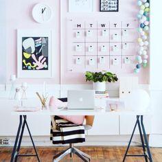 Design yang satu ini mungkin bisa menginspirasi di rumah anda untuk membuat kantor didalam rumah. Khusus wanita loh.....  #design  #decor #decoration #homedecor  #office