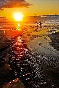 The beach at sunset Surfing 😃😎❤ Beautiful Sunrise, Beautiful Beaches, Amazing Sunsets, Belle Photo, Beautiful World, Wonders Of The World, Cool Photos, Surfing, Scenery