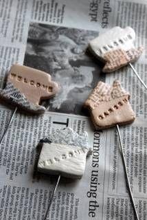 先日、100均粘土クラフト第2弾にガーデンピックを作った。 100均にはこの前の石粉粘土以外に廃材や間伐材の木粉が原料だという木かる粘土というのもあって、 これがまたとってもいい香りで、出来上がりも少し木の風合いがあり、色合いもいい感じ。      粘土を薄く伸ばして、クッキ...