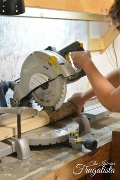 How to cut a log into wood slices using a miter saw for Holiday Wood Slice Coasters Wood Logs, Wood Lathe, Wood Pallets, Wood Tree, Woodworking Projects Diy, Woodworking Shop, Woodworking Workbench, Woodworking Supplies, Woodworking Classes