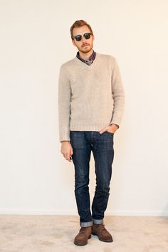 light colour sweater with unwashed jeans, makes a big colour contrast, smart look. colorful windowpane shirt is a highlight on the collar. Boots in brown makes the more cowboy feeling.