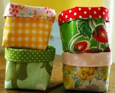 DIY fabric baskets from JillianinItaly. easy and brilliant :) - Diy Fabric Basket Small Sewing Projects, Sewing Crafts, Diy Crafts, Simple Crafts, Art Projects, Fabric Basket Tutorial, Purse Tutorial, Fabric Box Pattern, Wallet Pattern