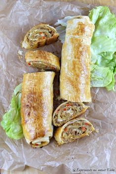 Ick back me: puff pastry mince strudel with cheese - Puff pastry minced meat strudel with cheese Ingredients (for 4 – 6 people) 1 dry roll 1 small oni - Cheese Appetizers, Appetizer Recipes, Healthy Eating Tips, Healthy Recipes, Tapas, Cheese Ingredients, Good Food, Yummy Food, Carne Picada