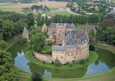Bergh Castle in 's-Heerenberg in the province of Guelders is one of the largest castles in The Netherlands. Stay here overnight, about Beautiful Castles, Beautiful Buildings, Wonderful Places, Beautiful Places, Places To Travel, Places To Visit, California Beach Camping, Palaces, Beau Site
