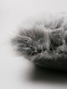 Kussen van grijs bont en grijze wol uit de thuis met Moon collectie. www.thuismetmoon.nl